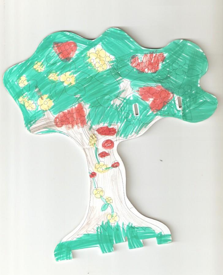 Drzewo w lesie z różnymi kwiatami - praca z galerii mumka.pl
